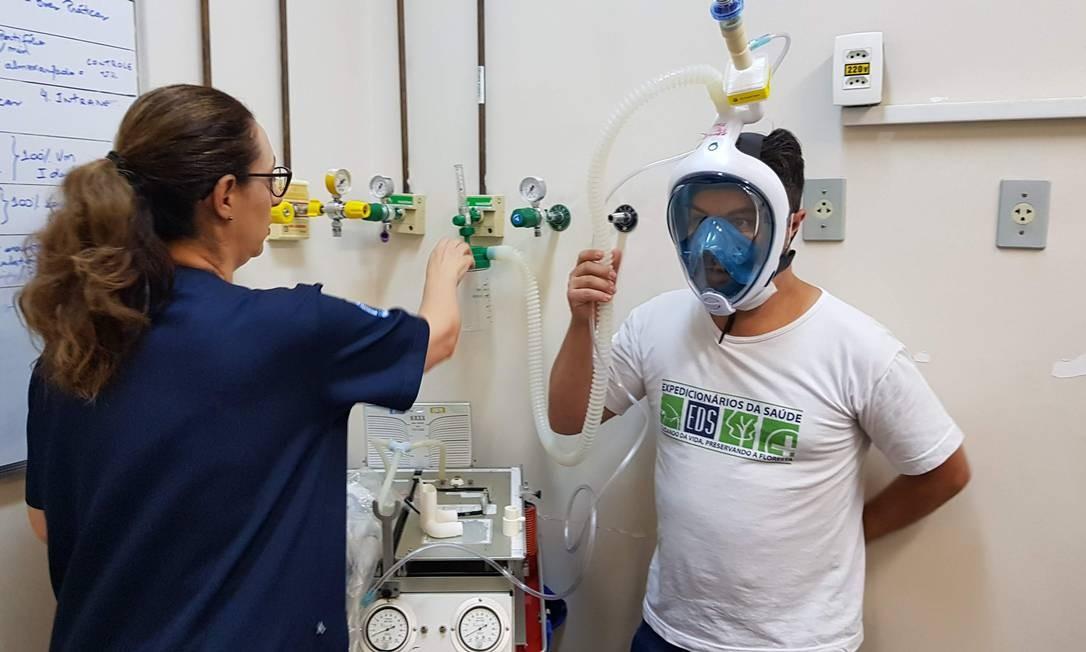 A máscara de mergulho foi adaptada em um respirador artifical Foto: Divulgação