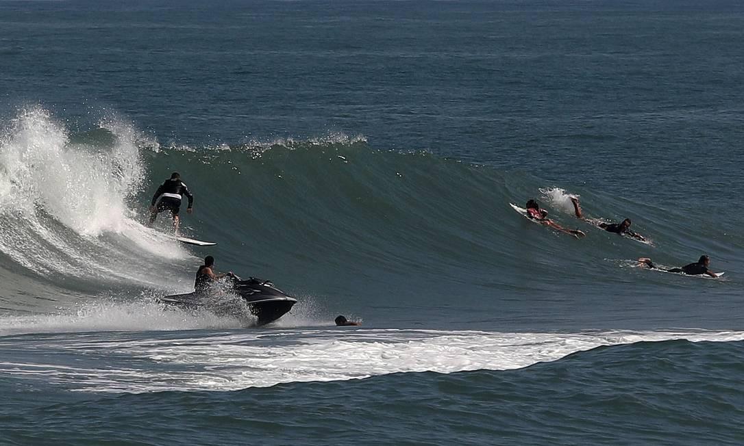 Surfistas pegam onda na praia da Barra da Tijuca. O governador Wilson Witzel afirmou que vai processar criminalmente quem burlar Foto: FABIO MOTTA / Agência O Globo