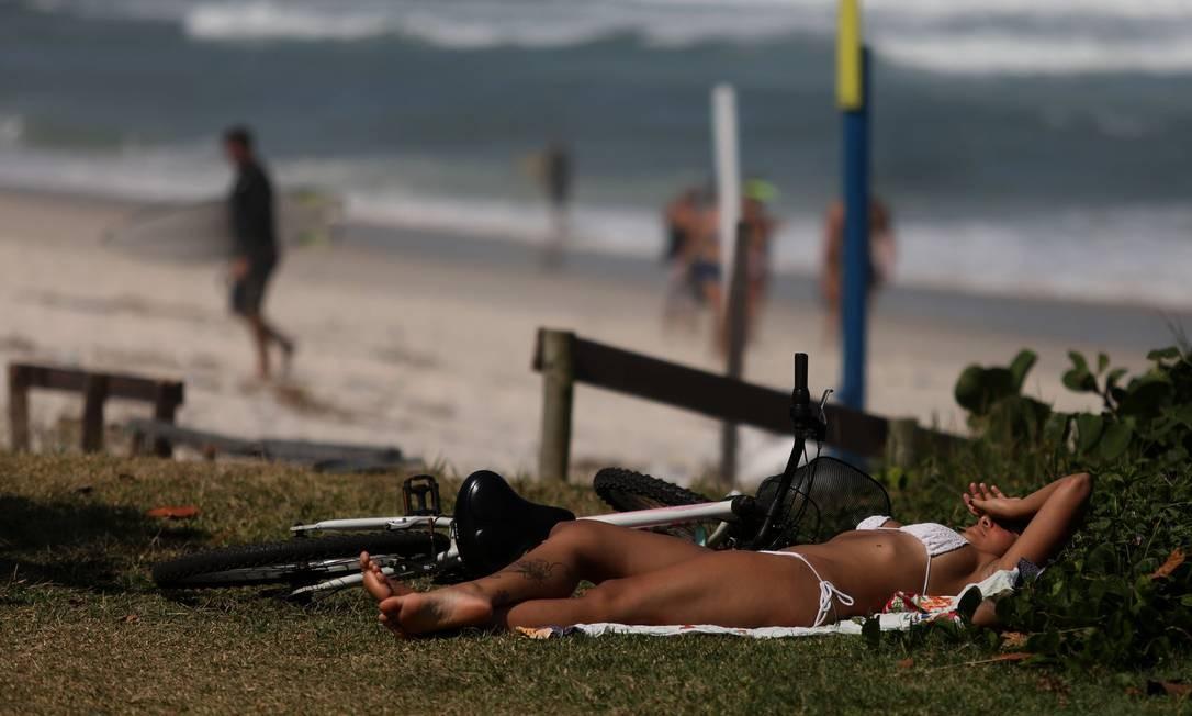 Banho de sol na Praia da Barra da Tijuca, Zona Oeste do Rio, nesta terça-feira de sol. Movimentação na orla mostra que quarentena não vem sendo cumprida por grande parte da população Foto: FABIO MOTTA / Agência O Globo