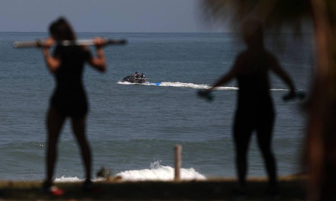 Exercício no calçadão da praia da Barra e jet ski no mar em plena pandemia de Covid-19. Rio acumula 1.123 óbitos pela doença Foto: FABIO MOTTA / Agência O Globo