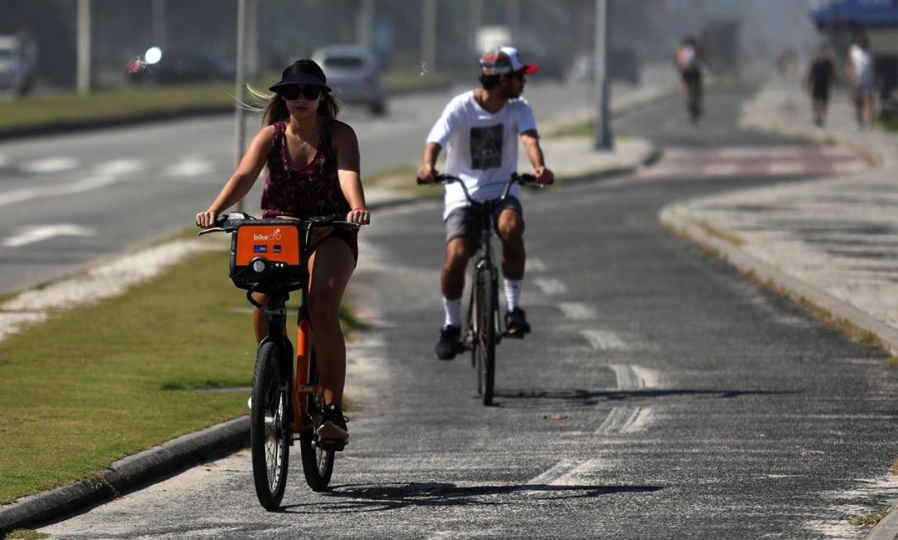 Ciclistas pedalam na orla da Barra da Tijuca. Grupo de especialistas elaborou um documento sugerindo lockdown no Rio Foto: FABIO MOTTA / Agência O Globo