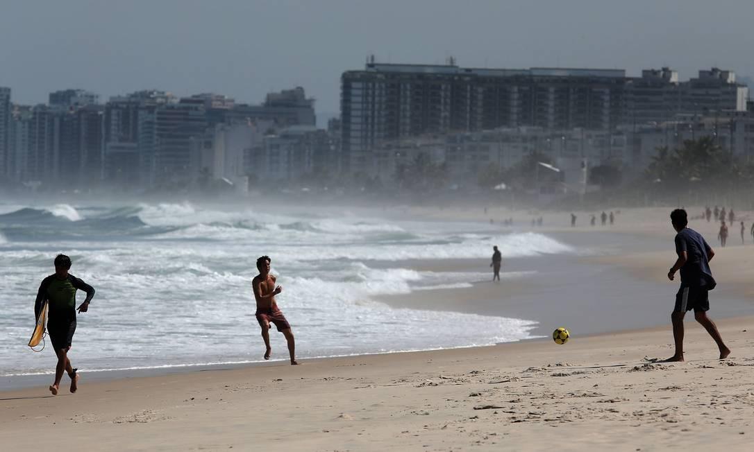 Futebol e surf na Praia da Barra da Tijuca Foto: FABIO MOTTA / Agência O Globo
