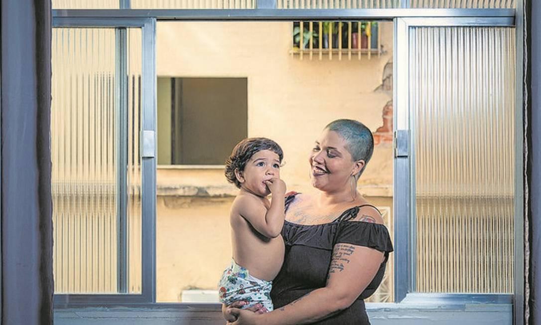 """Neíra Nazareth com o filho Pedro no colo. """"Por que não posso ser tão feminina quanto a mulher que tem cabelão?"""", questiona a cantora de rock Foto: Leo Martins / Agência O Globo"""