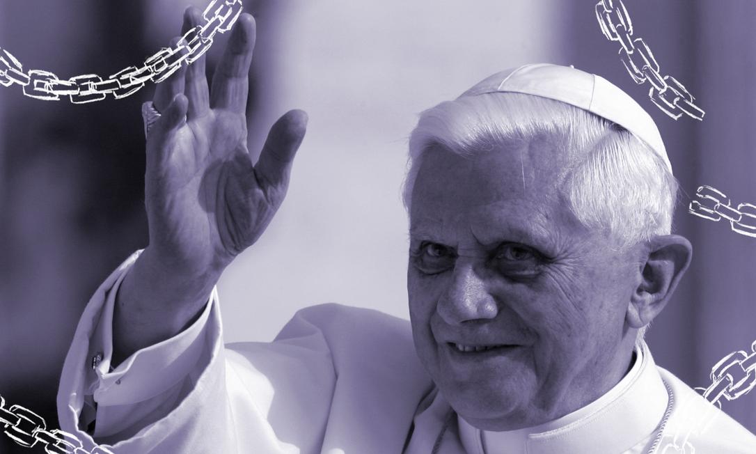 Em foto de 2005, o Papa Bento XVI saúda fiéis na Praça de São Pedro. Uma biografia autorizada escancara as posições ultraconservadoras do agora Papa Emérito em relação ao casamento de pessoas do mesmo sexo e ao aborto Foto: GIULIO NAPOLITANO/AFP