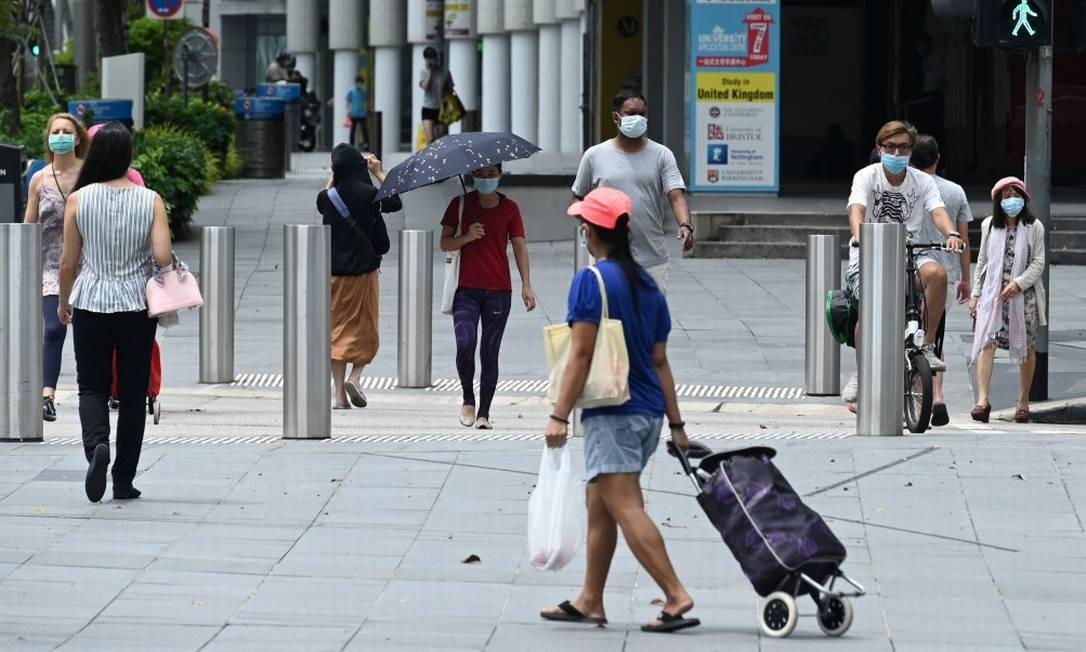 Na popular Orchard Road, em Cingapura, população usa máscaras para se proteger da Covid-19 Foto: ROSLAN RAHMAN / AFP