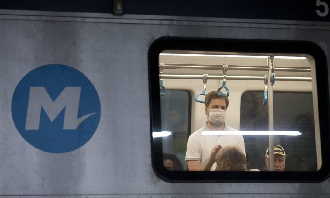 Passageiro de máscara no metrô do Rio em 16/03/2020 Foto: Márcia Foletto / Agência O Globo