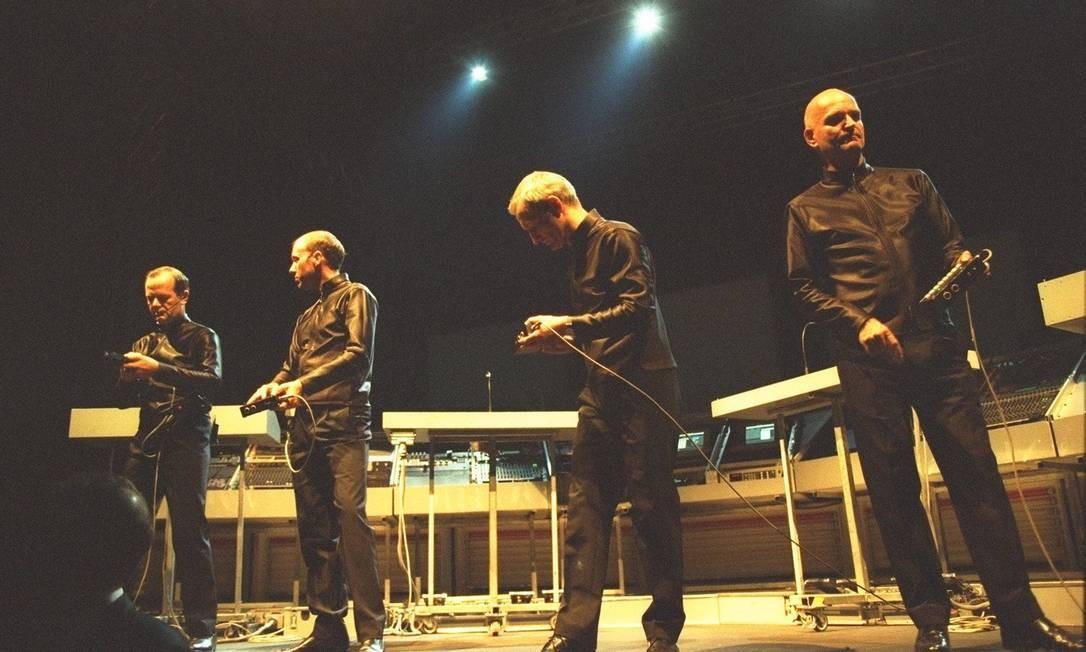 O grupo Kraftwerk, com Florian Schneider (à direita), em show no Rio de Janeiro em 1998 Foto: Marizilda Cruppe / Agência O Globo