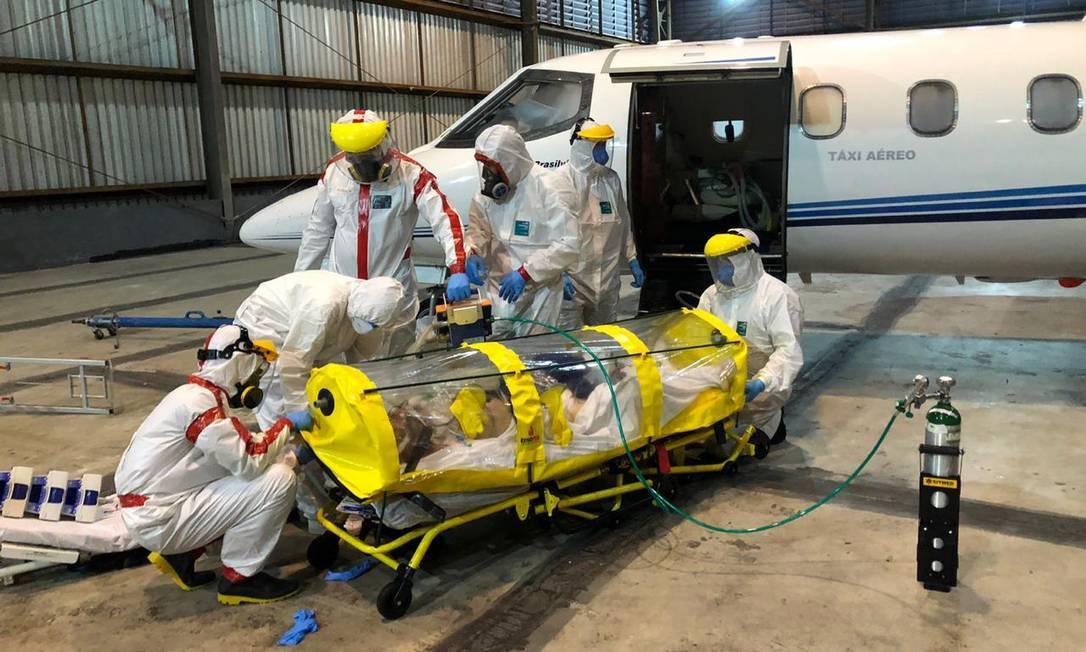 Paciente com coronavírus é colocado em uma UTI aeromédica, que deixou Belém do Pará com destino a hospital de São Paulo Foto: Reprodução