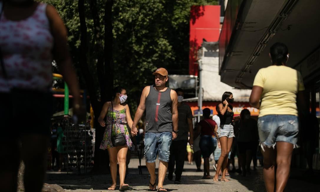 Movimentação no calçadão de Campo Grande, um dos bairros com o maior número de mortes por coronavírus Foto: Brenno Carvalho / Agência O Globo