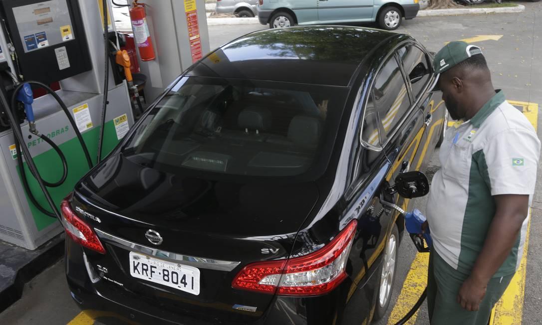 Após sucessivas quedas, o preço da gasolina aumentou na quinta-feira Foto: Antonio Scorza / Agência O Globo