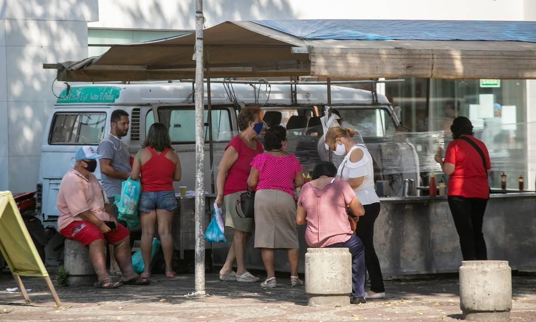 Barraca de pastel funciona livremente em Bangu, colaborando para a aglomeração de pessoas Foto: BRENNO CARVALHO / Agência O Globo