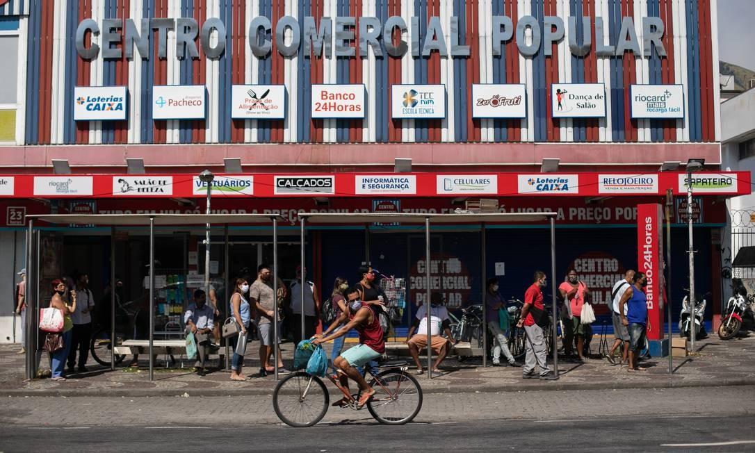 Movimentação de pessoas em Bangu, nesta quarta-feira. Campo Grande, Santa Cruz e Bangu, que estão também entre os bairros que mais receberam denúncias pelo Disque Aglomeração (1746) Foto: BRENNO CARVALHO / Agência O Globo