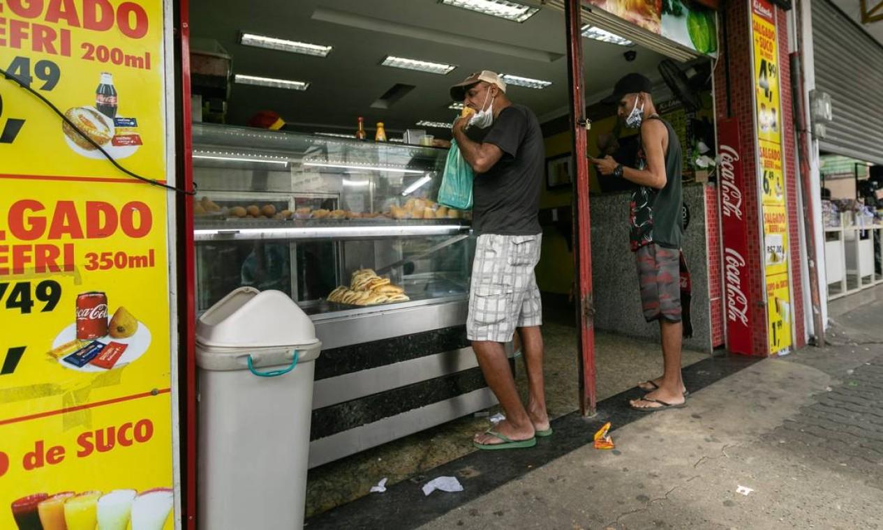 Lanchonete atende clientes dentro da loja, o que está proibido durante a quarentena. Prefeito do Rio disse que estuda adotar bloqueio parcial na cidade para frear a Covid-19 Foto: BRENNO CARVALHO / Agência O Globo