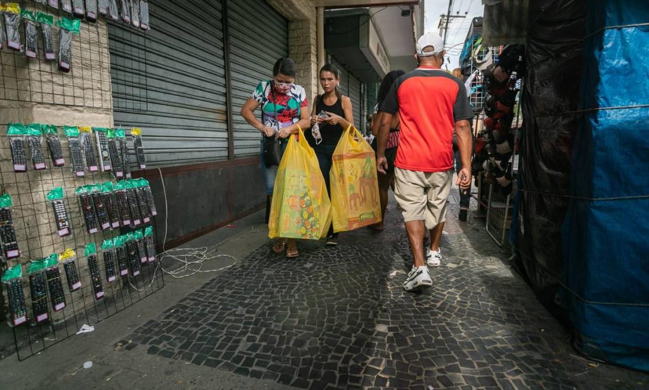 Camelôs no calçadão de Santa Cruz funcionam livres de fiscalização Foto: BRENNO CARVALHO / Agência O Globo