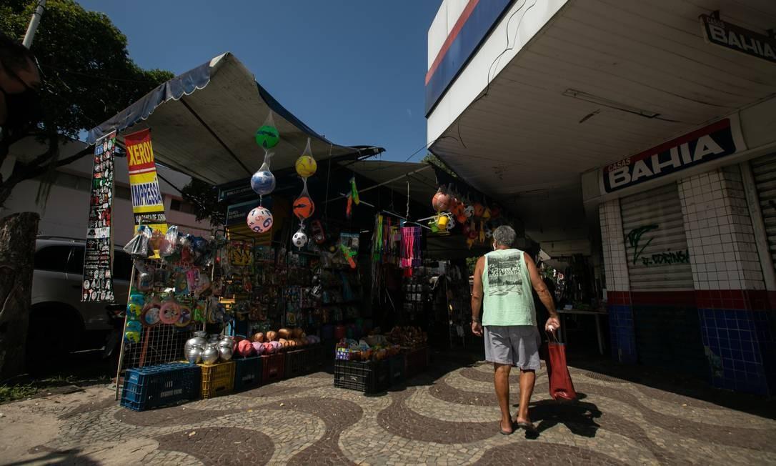 """Camelô no calçadão de Bangu. """"Se não houver consciência por parte dos comerciantes e dos seus clientes, vamos ter que adotar essa medida antipática, radical, porém necessária"""", disse o prefeito a respeito de shutdown em bairros da Zona Oeste Foto: BRENNO CARVALHO / Agência O Globo"""