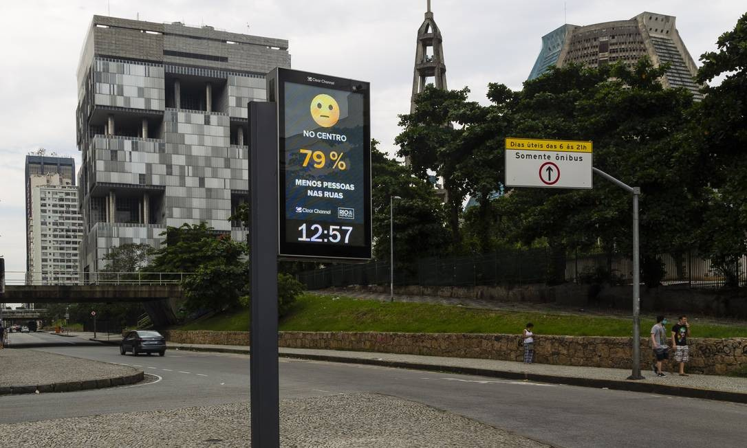 Relógio na Avenida Chile, também no Centro, pouco antes das 13h. Iniciativa é uma parceria do Centro de Operações (COR) com as empresas Clear Channel e Cyberlabs Foto: Leo Martins / Agência O Globo