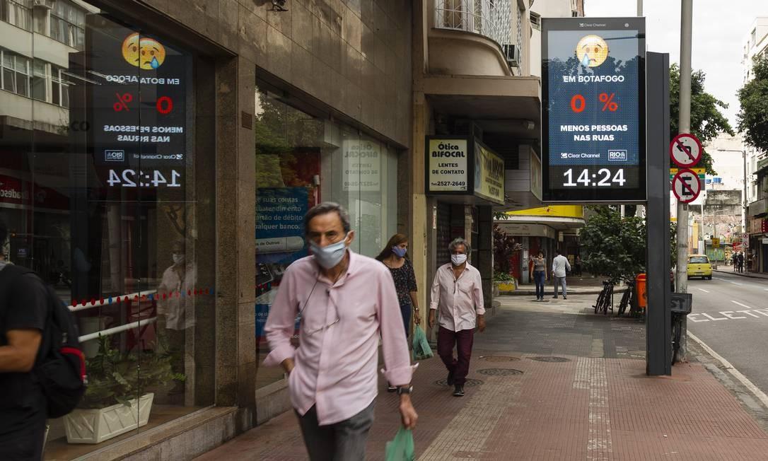 Relógios de rua como o da Voluntários da Pátria, em Botafogo, vão passar a mostrar taxa de isolamento de cada bairro Foto: Leo Martins