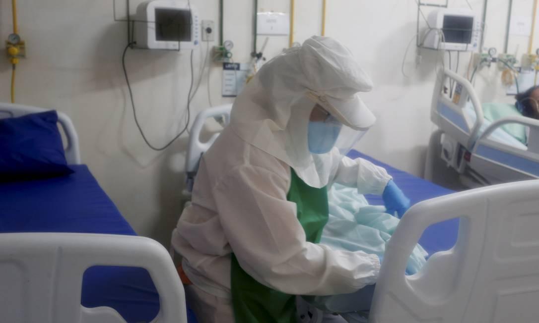 Enfermeira cuida de paciente com suspeita de coronavírus em hospital municipal de Miguel Pereira (RJ) Foto: Fabiano Rocha/20-3-2020