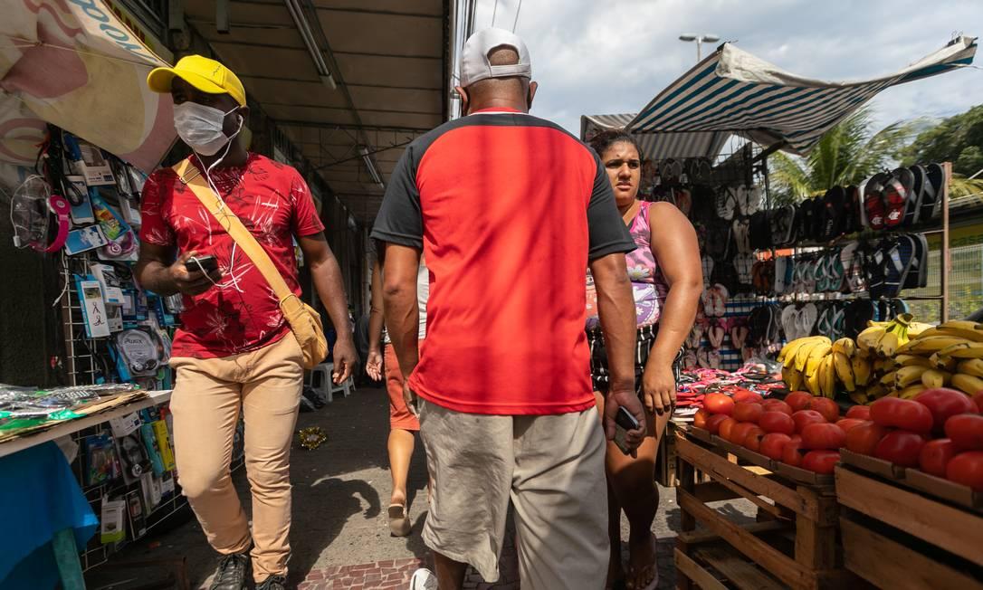 A movimentação no Calçadão de Santa Cruz, na Zona Oeste do Rio Foto: Brenno Carvalho / Agência O Globo / 06-05-2020