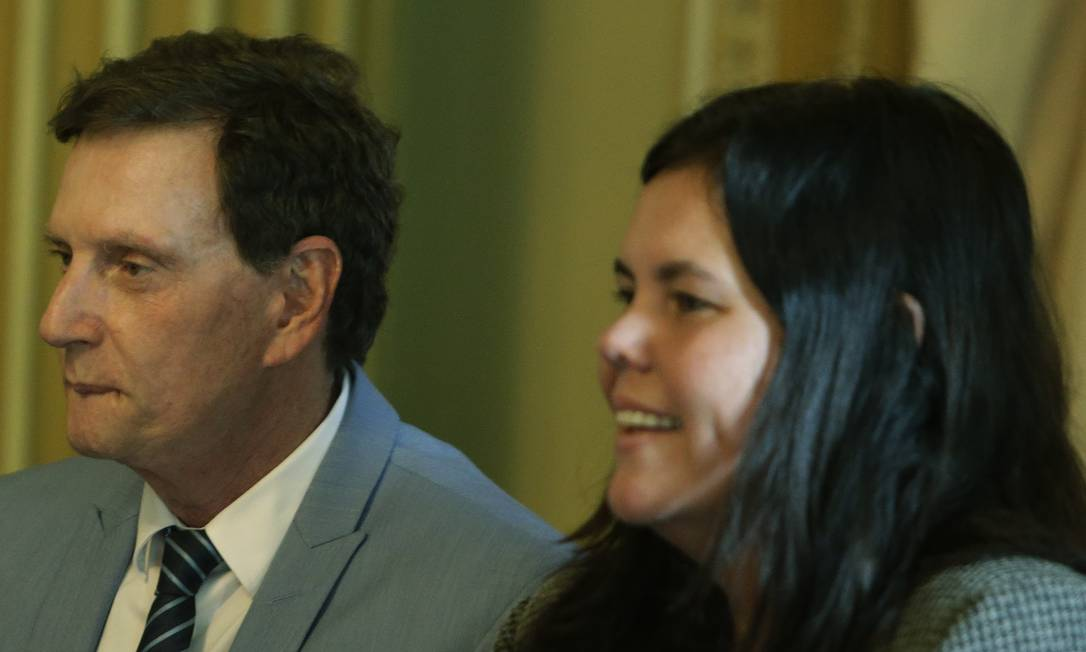 A secretária municipal de Saúde, Ana Beatriz Busch, ao lado do prefeito Marcelo Crivella Foto: Antonio Scorza em 21/11/2018 / Agência O Globo