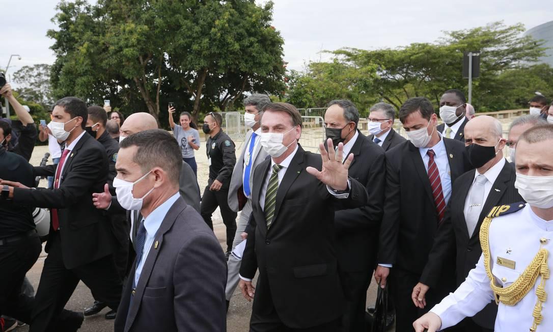 Fora da agenda oficial, o presidente Jair Bolsonaro vai à pé ao STF acompanhado de ministros e empresarios Foto: Pablo Jacob / Agência O Globo