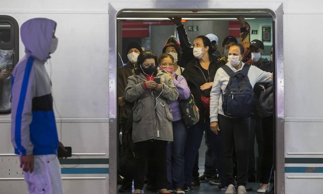Passageiros usam máscara no metrô de São Paulo. Uso obrigatório do acessório de segurança em espaços públicos entrou em vigor nesta quinta-feira (07) Foto: Edilson Dantas / Agência O Globo