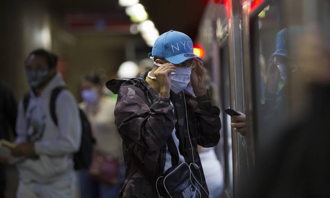 Medida, que serve para combater a propagação do novo coronavírus, vale para espaços públicos, inclusive transporte por aplicativo, nas 645 cidades paulistas e é por tempo indeterminado Foto: Edilson Dantas / Agência O Globo