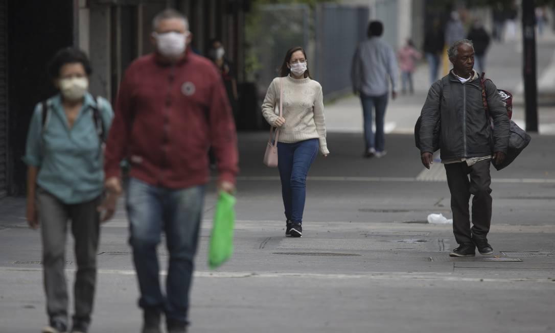 Nas ruas da capital, maioria da população demonstra ter aderido a medida, fazendo uso da máscara de proteção Foto: Edilson Dantas / Agência O Globo