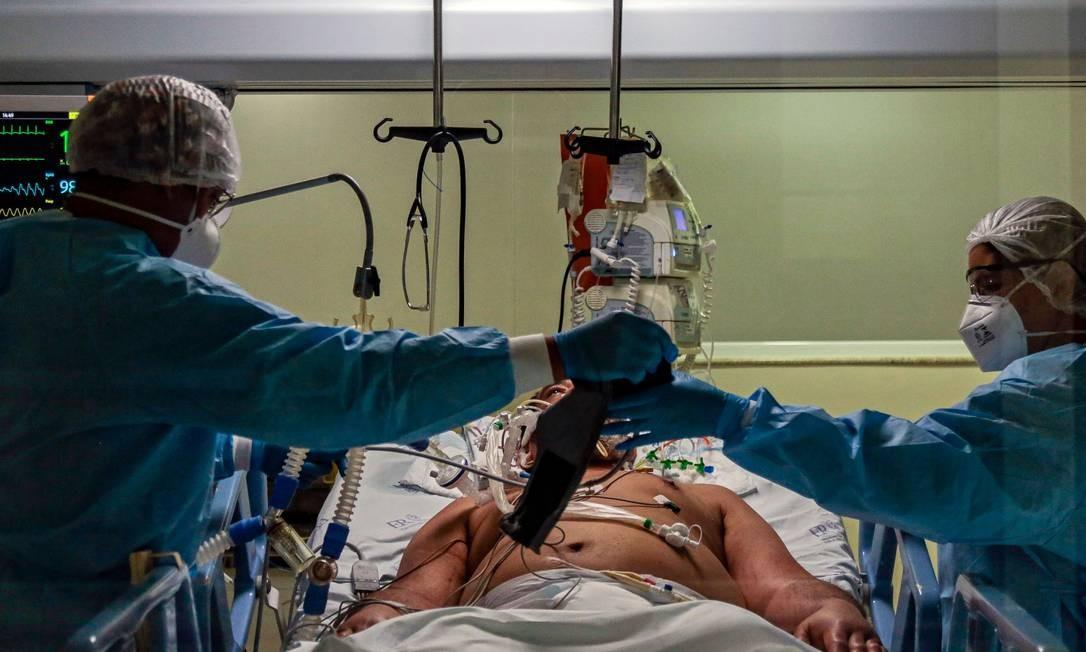 Paciente da Covid-19 internado no Hospital Emilio Ribas, em São Paulo (SP). Foto: MIGUEL SCHINCARIOL / AFP