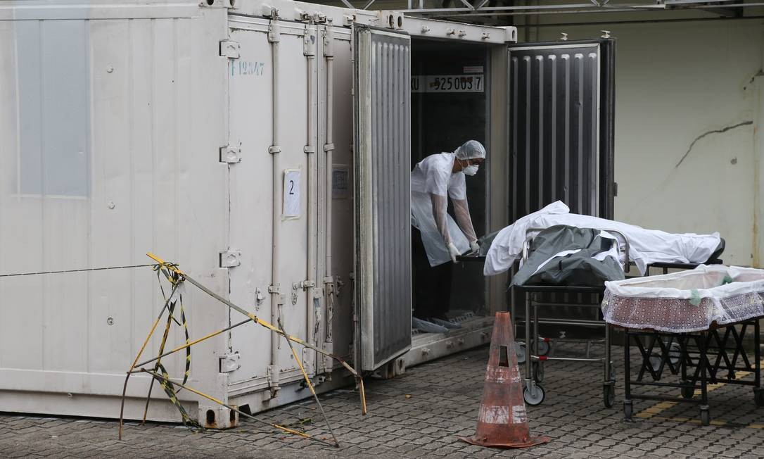 Carro de funerária retira corpo de contêiner frigorífico do de Hospital Lourenço Jorge Foto: Pedro Teixeira em 07/05/2020 / Agência O Globo