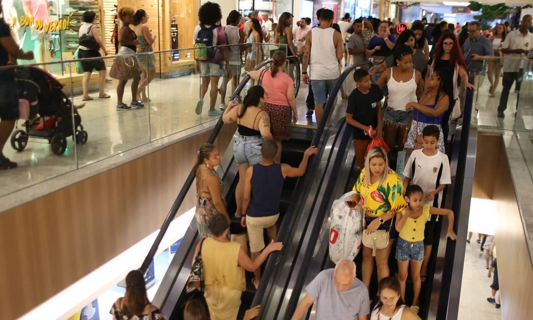 Os shoppings, que deveriam estar lotados para as compras do Dia das Mães, estão fechados por causa da pandemia do novo coronavírus. Na foto, movimento no Norte Shopping nas vésperas do Natal do ano passado Foto: Pedro Teixeira / Agência O Globo