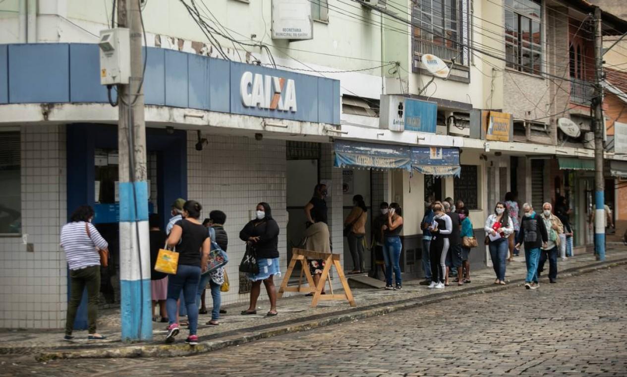 Pessoas fazem fila em agência da Caixa em Sapucaia Foto: Brenno Carvalho / Agência O Globo
