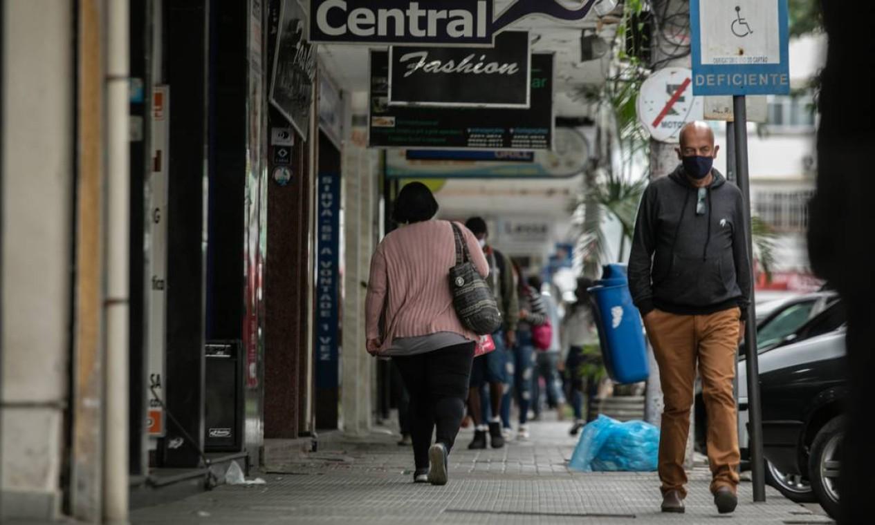 Circulação de pessoas ainda é grande na cidade de Três Rios Foto: Brenno Carvalho / Agência O Globo