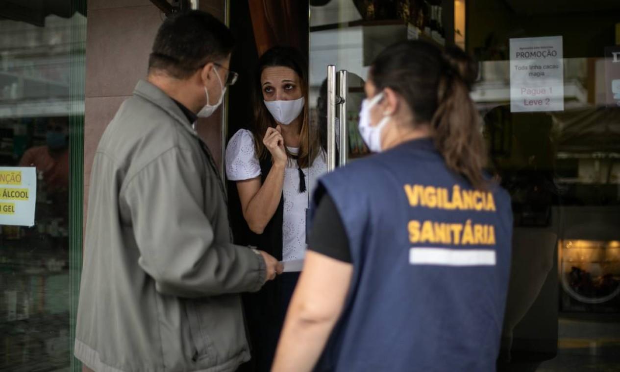 Vigilância Sanitária de Sapucaia verifica se comércios estão seguindo as regras da quarentena na cidade, que registra 37 casos e três óbitos confirmados pela Covid-19 Foto: Brenno Carvalho / Agência O Globo