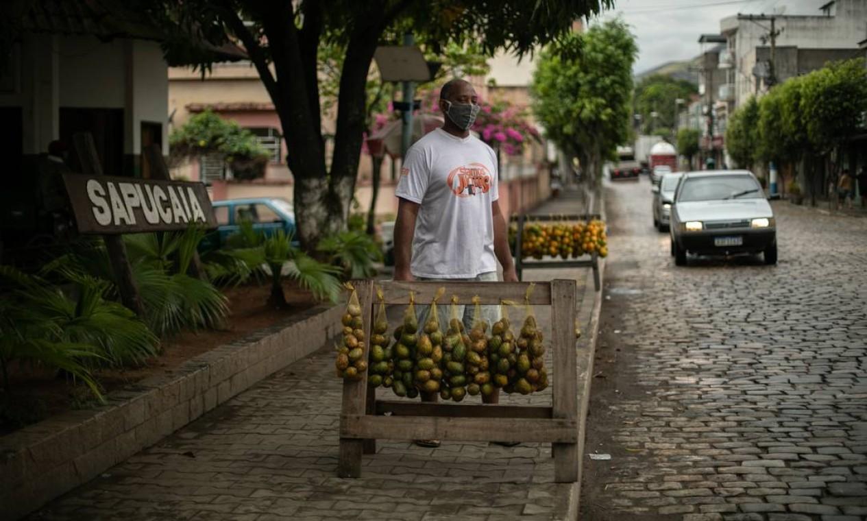 O vendedor de frutas Antônio Luiz Benedito, que trabalha no trecho da BR-393 que corta a cidade de Sapucaia. Ele diz acreditar que doença chegou ao município pela rodovia Foto: Brenno Carvalho / Agência O Globo