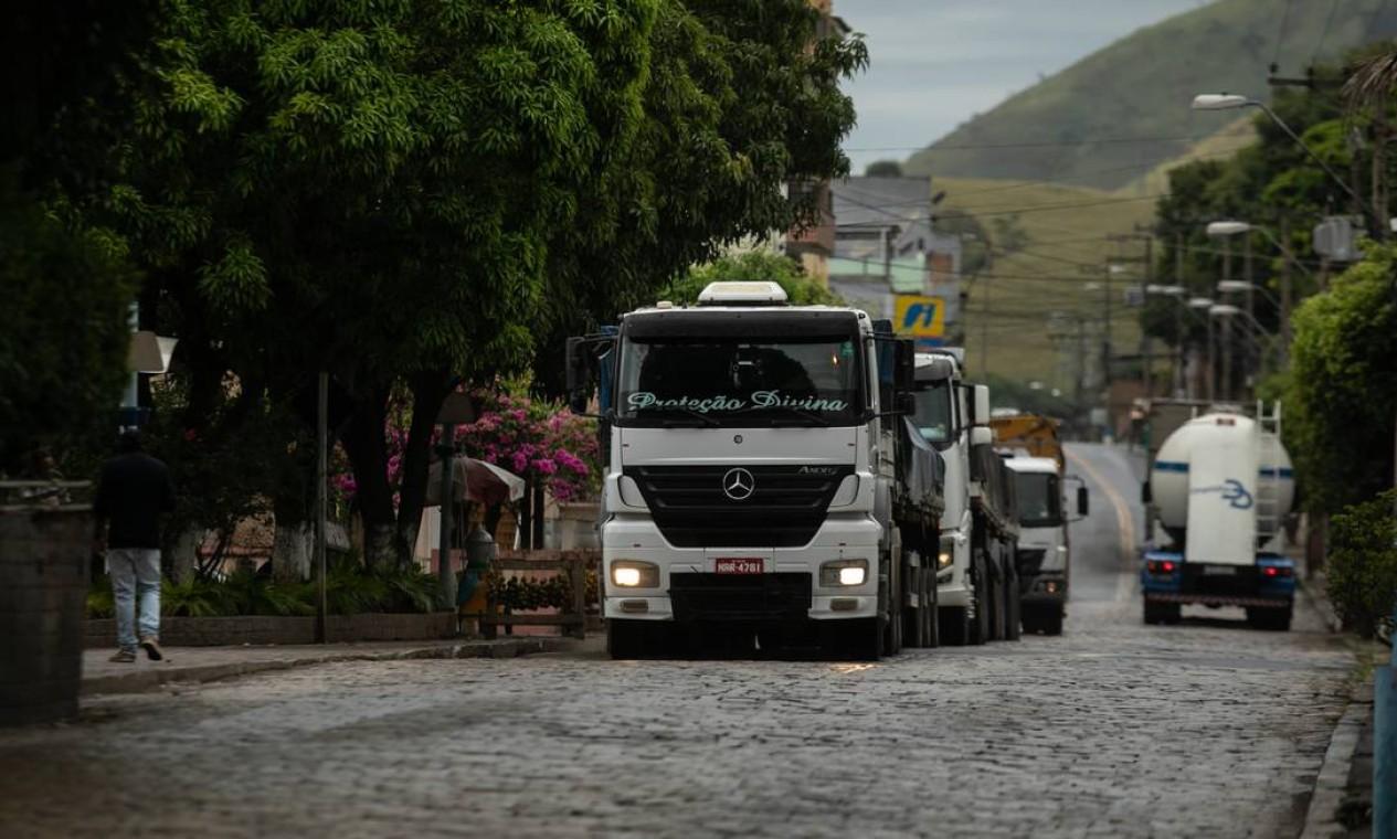 Caminhões passam pela BR-393 (a antiga Rio-Bahia), que corta a cidade de Sapucaia Foto: Brenno Carvalho / Agência O Globo