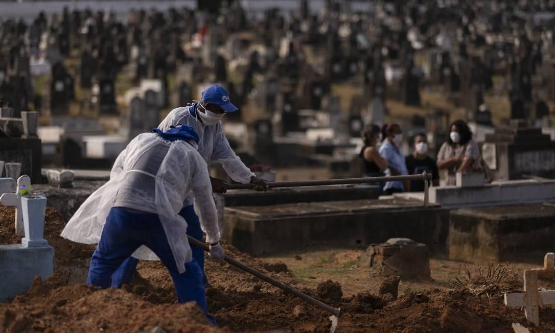 Enterro de vítima do coronavírus no Rio Foto: Gabriel Monteiro / Agência O Globo