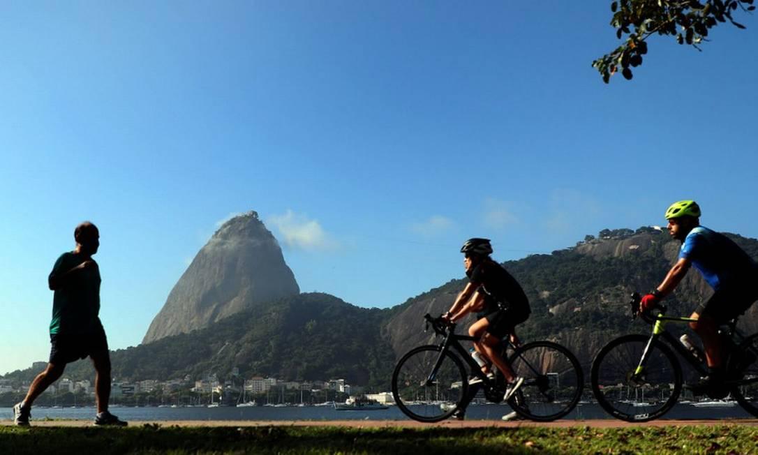 Na Zona Sul do Rio, várias pessoas aproveitam o dia de sol para se exercitar ao ar livre, muitos sem máscara de segurança Foto: Fabio Motta/Agência O Globo