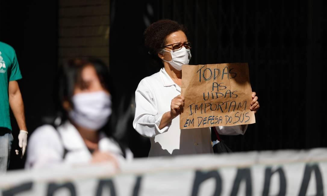 Profissionais da área da saúde realizam uma manifestação na porta do Hospital Geral de Bonsucesso Foto: Brenno Carvalho