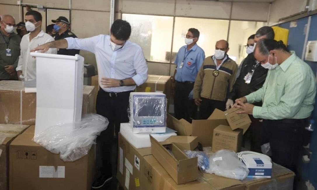 O governador do Pará, Helder Barbalho (MDB), com os respiradores comprados para a pandemia Foto: Agência Pará