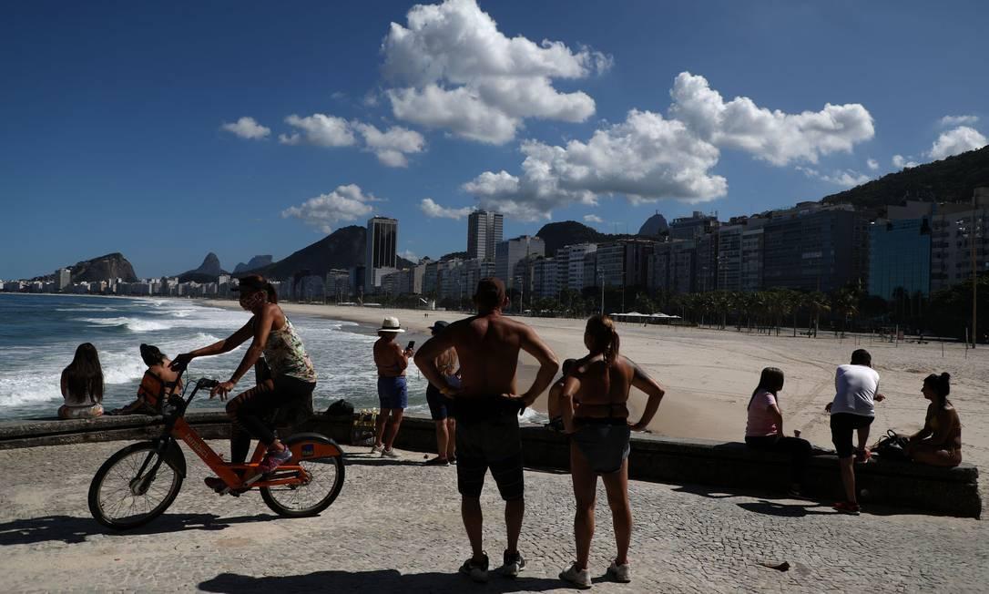 Orla do Leme ficou cheia no sábado de sol Foto: FABIO MOTTA / Agência O Globo