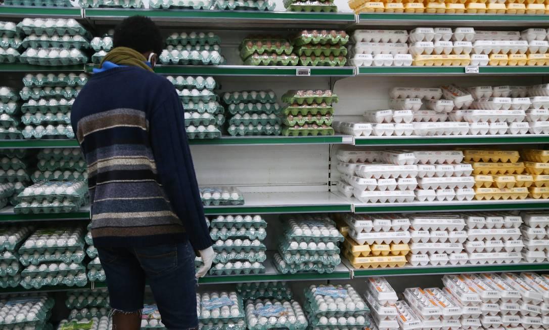 O preço dos ovos já subiu 15% este ano, com o aumento da procura. Desemprego e queda da renda empurram o consumidor para proteínas mais baratas, enquanto o consumo de carnes mais nobres cai Foto: Pedro Teixeira / Agência O Globo