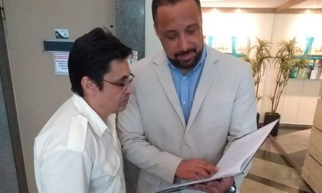 O síndico Antônio Carlos (de paletó) orienta os funcionários Foto: Arquivo pessoal/23-1-2020