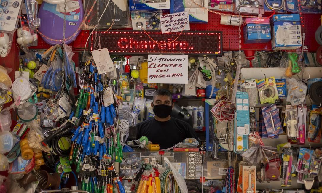 Gerente de um bazar em Copacabana, Fabrício diz que não entende o comportamento de algumas pessoas Foto: Gabriel Monteiro / Agência O Globo
