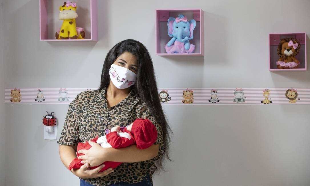 Ana Carolina Araújo, de 20 anos, contraiu a doença e só viu sua primeira filha, Manuella, oito dias após a cesariana Foto: Ana Branco / Agência O Globo