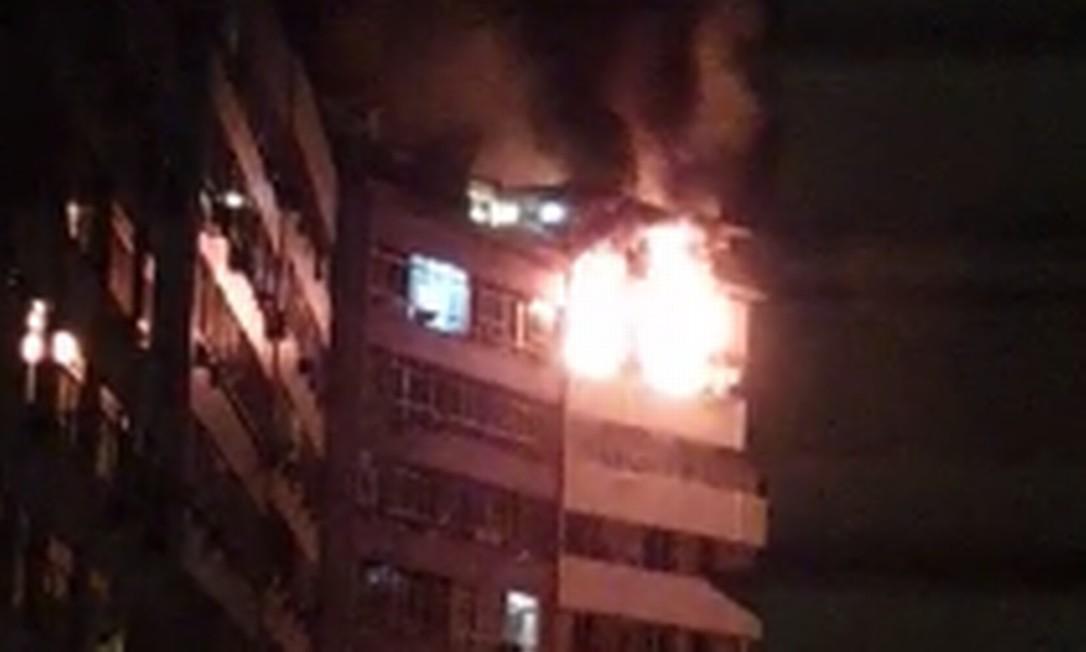 Bombeiros chegaram ao imóvel para conter as chamas por volta de 0h50 Foto: Centro de Operações Rio / Reprodução