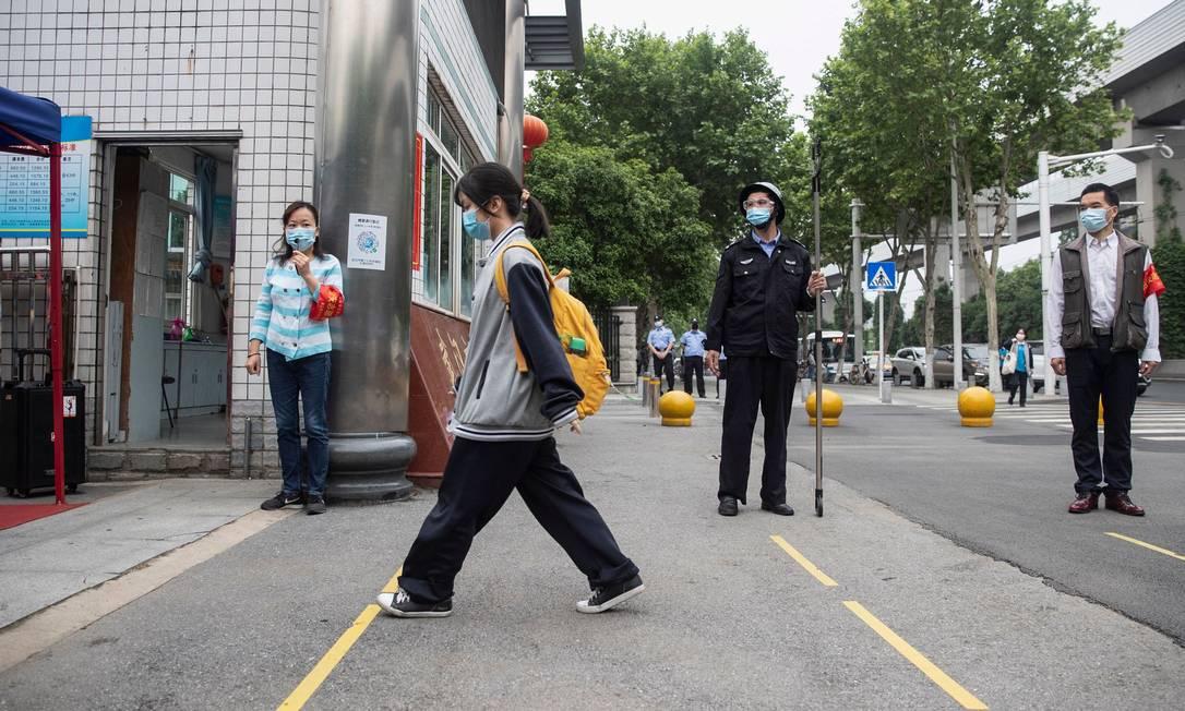 Estudantes do ensino médio voltam às aulas em Wuhan após quatro meses de suspensão por causa do novo coronavírus. Foto: STR / AFP