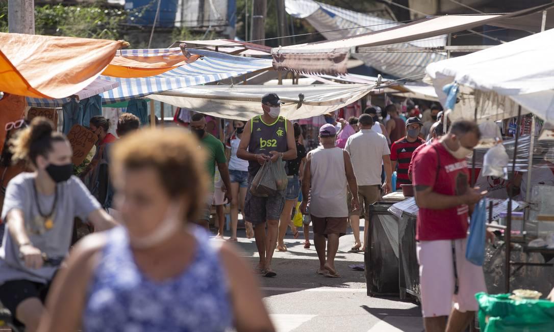 Movimento em feira livre de Campo Grande: a Zona Oeste do Rio apresenta as menores taxas de isolamento social da cidade Foto: Márcia Foletto em 10/05/2020 / Agência O Globo