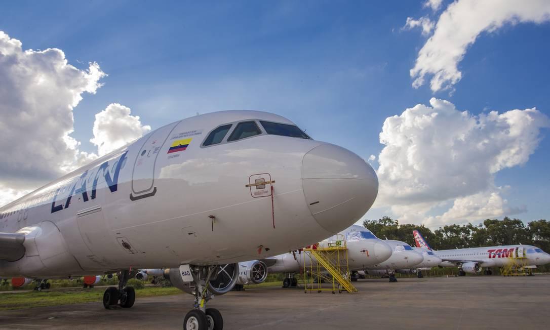 Aeronave da Latam, em São Carlos, SP: empresa de milhas já sentem o impacto da crise Foto: Edilson Dantas / Agência O Globo