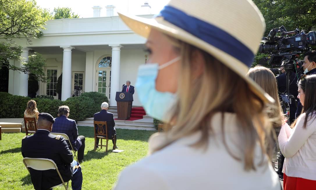 Convidados e imprensa acompanham o Dia Nacional de Oração, na Casa Branca, durante discurso de Donald Trump (ao fundo) Foto: TOM BRENNER / REUTERS